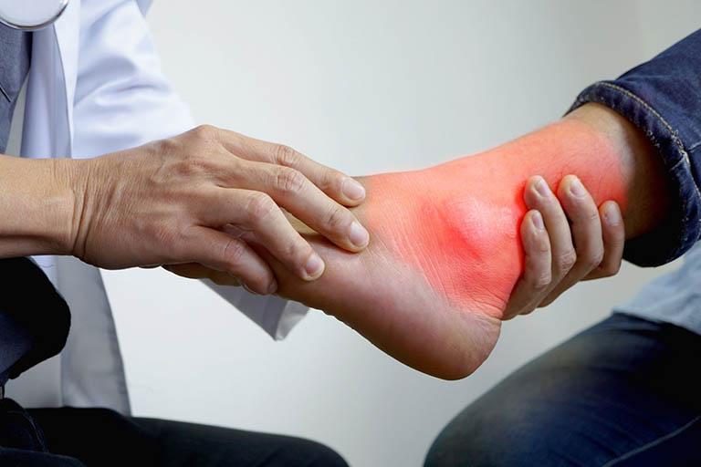 Khám lâm sàng, kiểm tra triệu chứng để xác định mức độ nghiêm trọng của bệnh