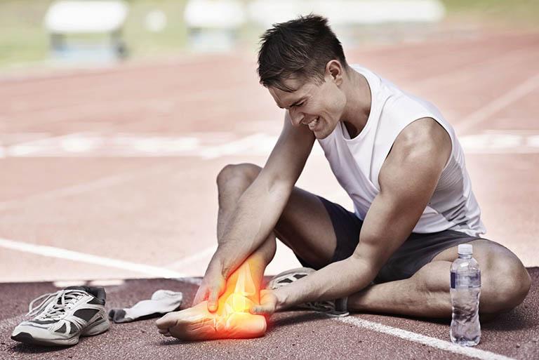 Bong gân thường xảy ra do chấn thương