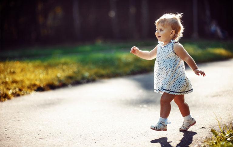 dấu hiệu chân vòng kiềng ở trẻ