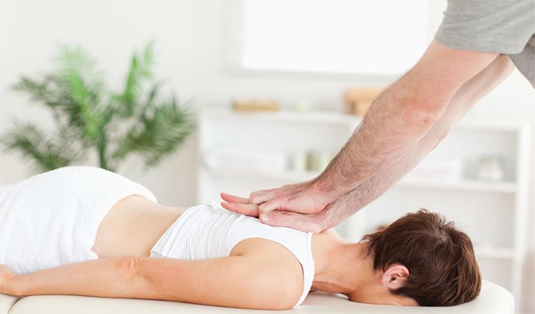 đau lưng trên điều trị như thế nào