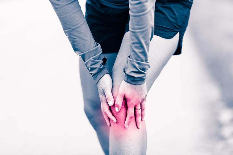 Đau nhiều ở đầu gối và xương bánh chè là triệu chứng đặc trưng của hội chứng đau bánh chè - đùi
