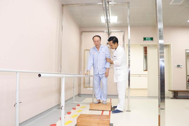 Kiểm tra sức khỏe tổng thể, đánh giá đúng tình trạng khuyết tật và khả năng phục hồi của bệnh nhân