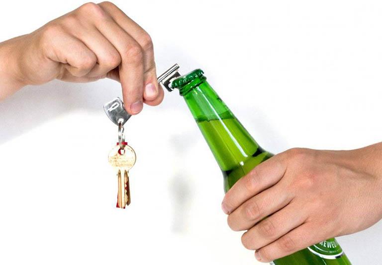 Nên sử dụng dụng cụ hỗ trợ khi cần mở nắp nút lọ hoặc nắp nút chai