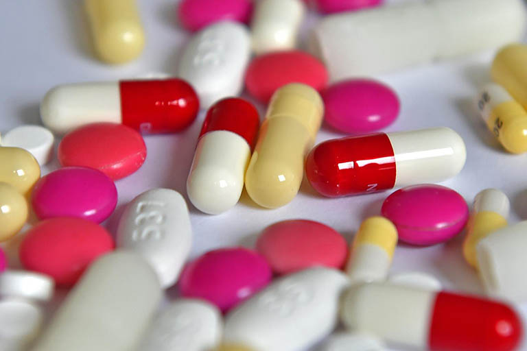 Sử dụng thuốc điều trị vôi hóa cột sống