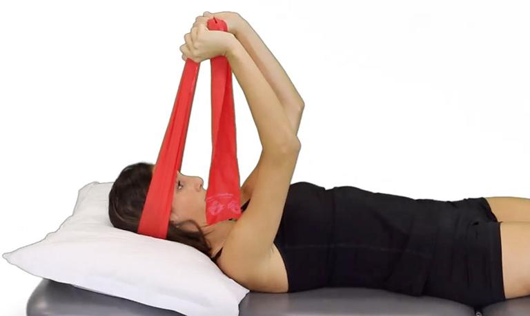 Bài tập vận động cổ với khăn giúp giảm đau, cứng cổ, thư giãn đốt sống cổ và đĩa đệm giữa các khớp