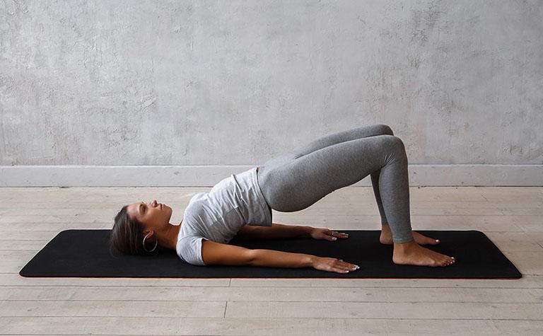 Bài tập tư thế cây cầu giảm đau mỏi lưng, thư giãn cơ và tăng cường sức khỏe xương khớp