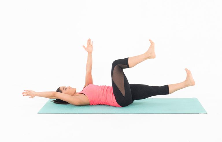 Bài tập Dead Bug chữa phồng đĩa đệm thắt lưng, giãn cơ và giảm đau cột sống lưng