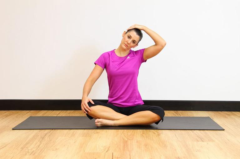Bài tập nghiêng đầu giãn cơ thang trên, giảm co cứng cổ và các triệu chứng thoát vị đĩa đệm