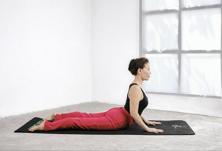 Bài tập cong lưng (rắn hổ mang) kéo giãn dây chằng, cải thiện bệnh thoát vị đĩa đệm