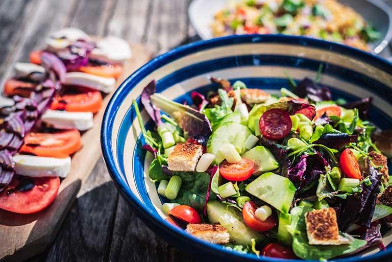 Sử dụng lá lốt kết hợp với vật lý trị liệu, chườm ấm, có lối sống khoa học và chế độ ăn uống lành mạnh