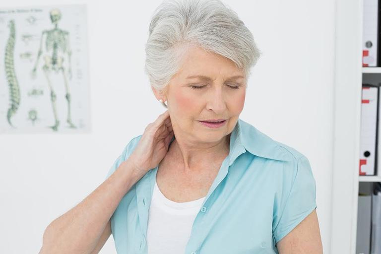 Cột sống suy yếu và thoái hóa theo tuổi tác, tạo điều kiện thuận lợi cho các gai xương hình thành
