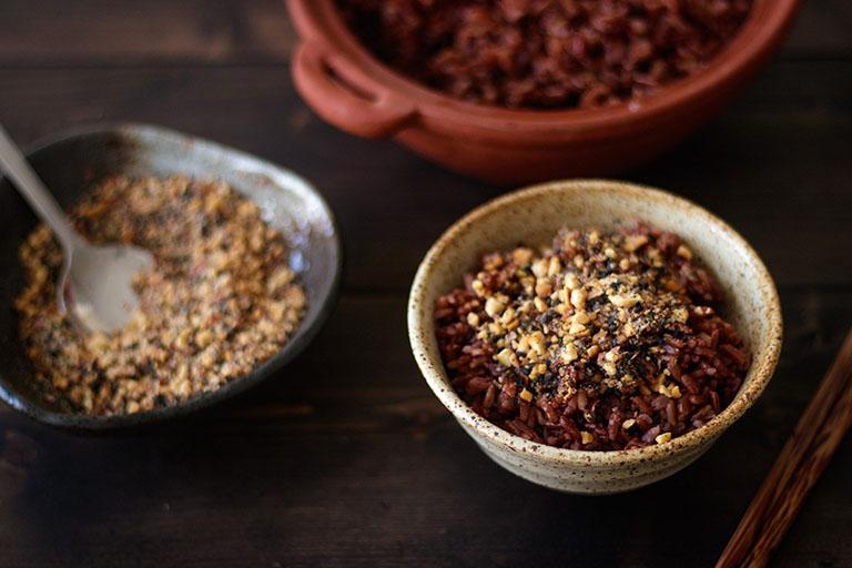 Cách bổ sung dinh dưỡng, điều trị thoát vị đĩa đệm bằng cơm gạo lứt muối mè