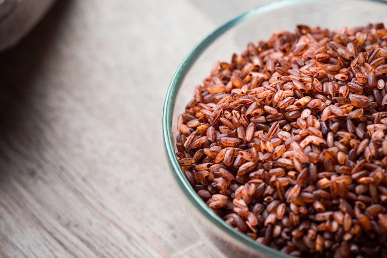 Cách cải thiện các triệu chứng của bệnh thoát vị đĩa đệm bằng cốm gạo lứt
