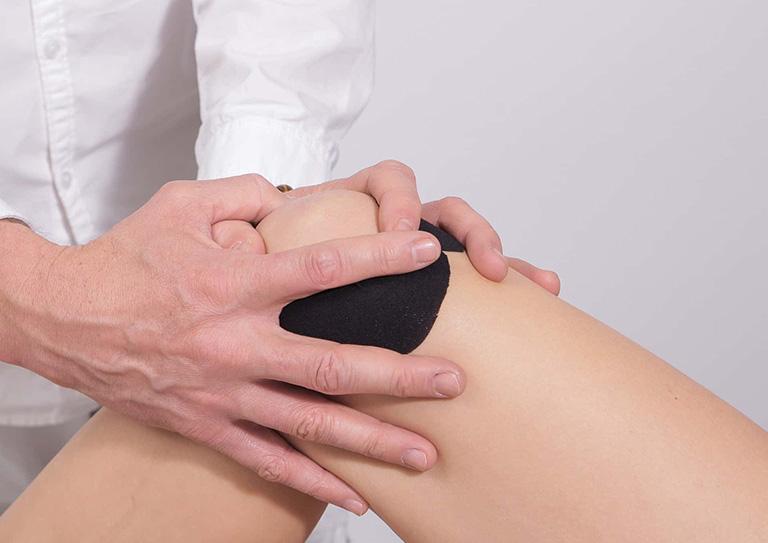 Bệnh nhân được kiểm tra triệu chứng lâm sàng và đánh giá phạm vi vận động