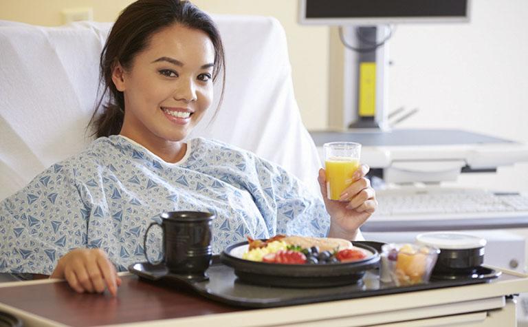 Cần có chế độ ăn uống lành mạnh, sinh hoạt hợp lý trước và sau khi phẫu thuật chữa thoát vị đĩa đệm