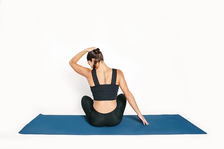 Bài tập yoga giúp giãn cơ thang đầu xương, cải thiện đau và cứng khớp do thoát vị đĩa đệm