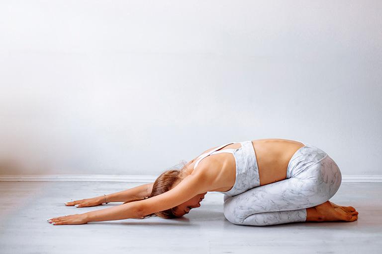 Bài tập yoga với tư thế trẻ em giúp giãn cơ dựng sống, cải thiện đau do đĩa đệm tổn thương