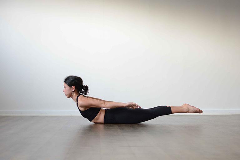 Bài tập yoga tư thế châu chấu giúp giãn cơ, cải thiện cứng khớp và đau nhức do đĩa đệm tổn thương