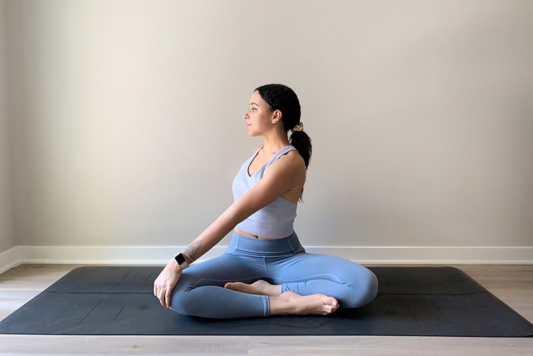 Bài tập Easy Sitting Twist (Ngồi xoay người) - Bài tập yoga giúp cải thiện sức bền và độ linh hoạt cho cột sống