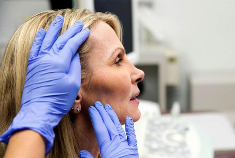 thoái hóa cột sống cổ gây đau đầu phải làm sao
