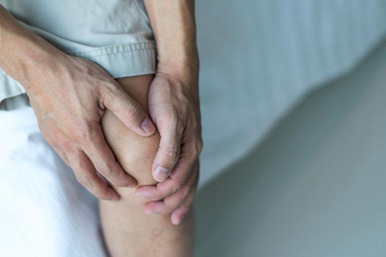 Người già bị đau khớp gối