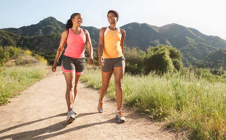 Đi bộ giúp duy trì cân nặng an toàn, giảm áp lực lên khớp gối