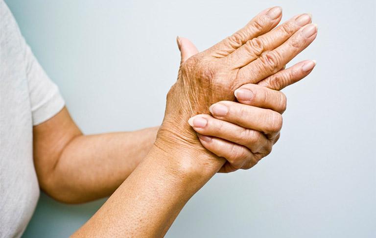Đau và cứng khớp là triệu chứng thường gặp ở những bệnh nhân bị thoái hóa khớp ngón tay, bàn tay