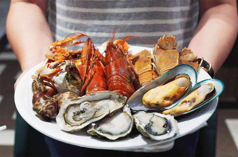 bệnh gút có ăn được hải sản không