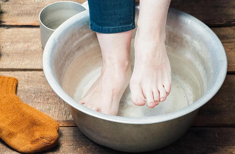 Cách ngâm chân với nước lá ngải cứu giảm đau thần kinh tọa