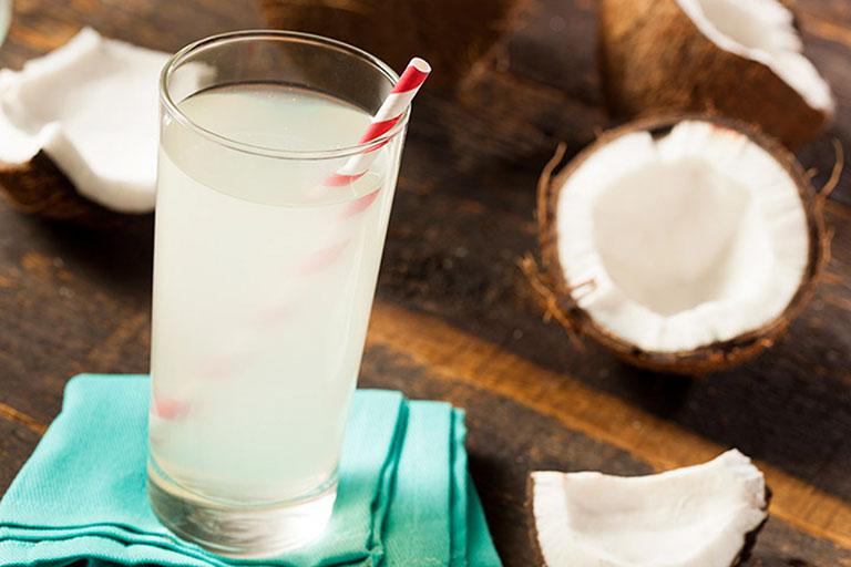 Nước dừa có tác dụng chống mất nước, tăng khả năng lọc bỏ chất cặn bã và axit uric của thận