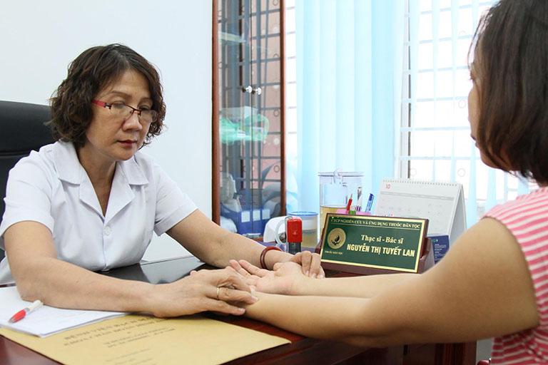Nên thực hiện các xét nghiệm và khám lâm sàng định kỳ