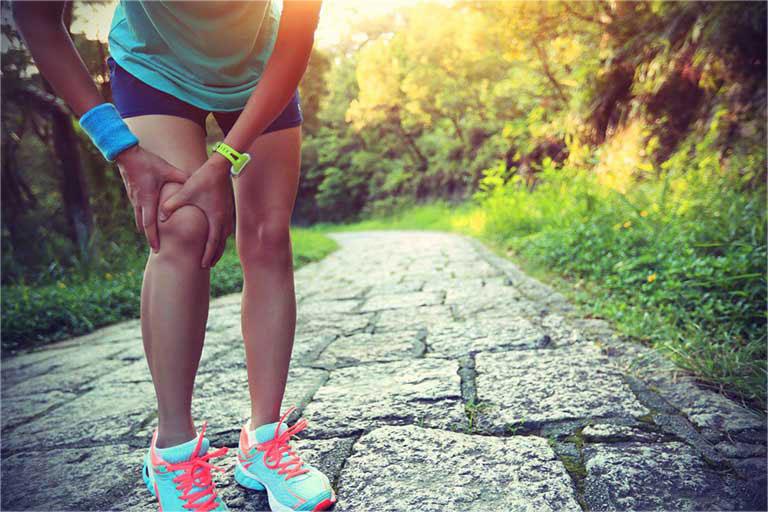 Bị đau khớp gối có nên đi bộ không