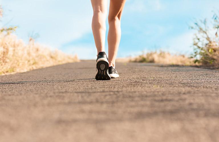 Người bị đau thần kinh tọa nên mang giày chuyên biệt dành cho người đi bộ, chạy bộ