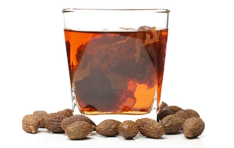 Cách dùng hạt đười ươi pha trà điều trị gai cột sống