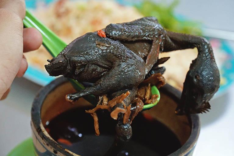 Cách nấu canh hạt đười ươi và gà trị gai cột sống
