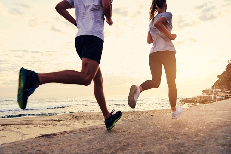 Người bị tràn dịch khớp gối không nên chạy bộ