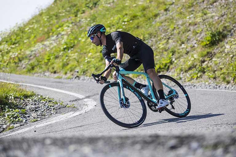 Người bị tràn dịch khớp gối có thể đạp xe