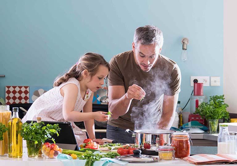 Giúp trẻ thiết lập và duy trì chế độ ăn uống lành mạnh, đầy đủ chất dinh dưỡng