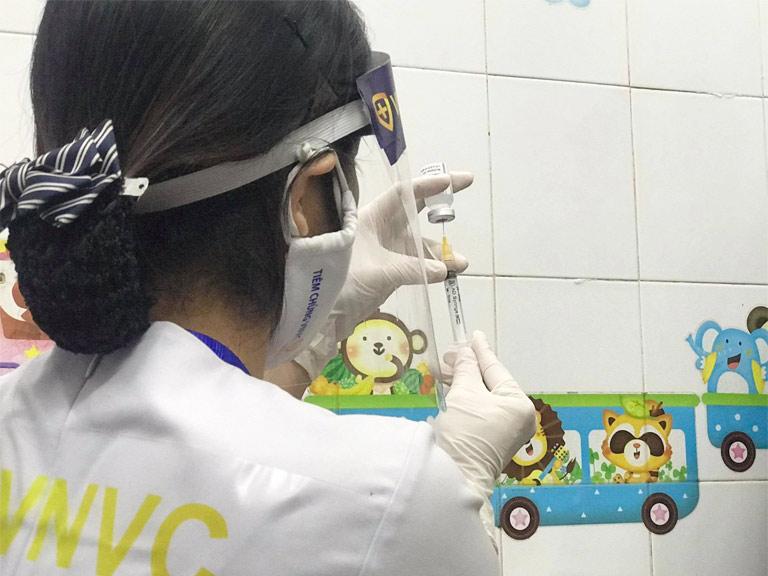 Cán bộ tiêm chủng chuẩn bị vaccine phòng COVID-19 của Astra Zeneca để tiêm chủng cho cán bộ y tế và người tham gia chống dịch COVID-19 tại Trung tâm y tế TP Hải Dương