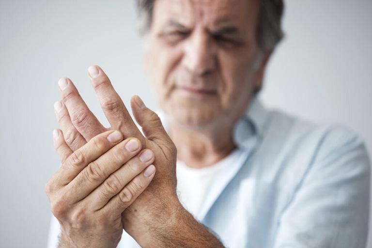 bệnh tê bì chân tay ở người già
