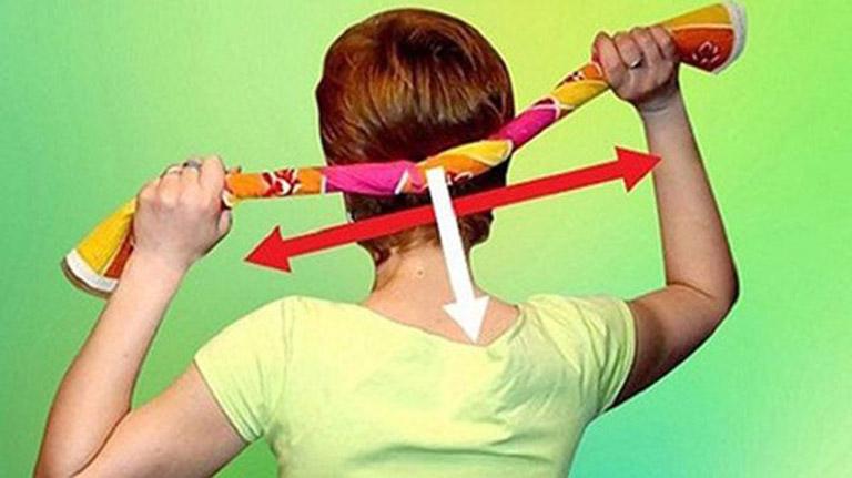 Chữa đau vai gáy bằng cách đặt khăn dưới vùng vai gáy