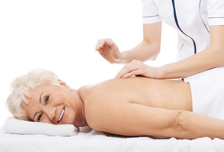 xoa bóp chữa đau lưng