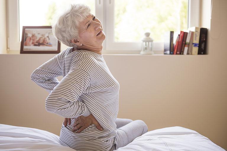 cách trị đau lưng cho người già