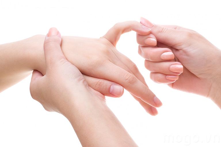 Xoa bóp ngón tay