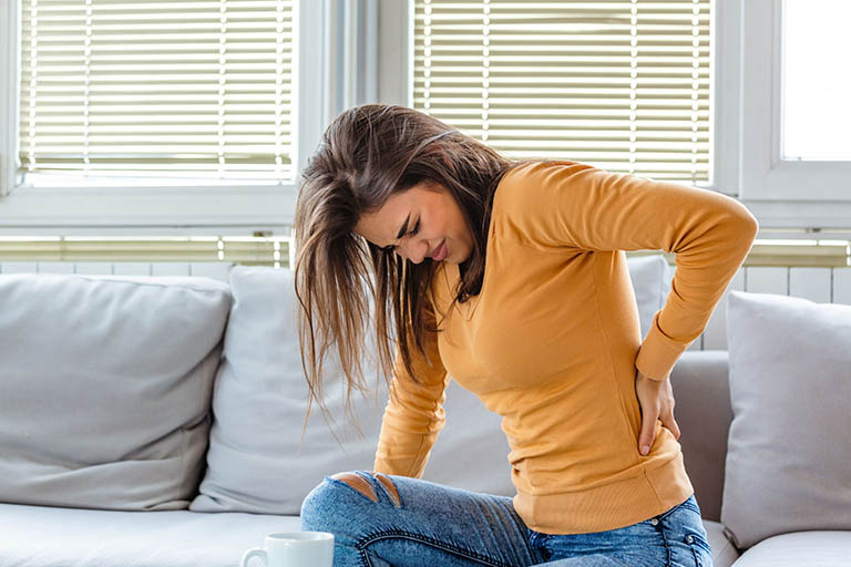 Đau dọc sống lưng có thể là dấu hiệu nhận biết mang thai ở phụ nữ