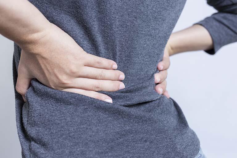 Đau lưng cấp khiến bệnh nhân đột ngột đau nhói hoặc đau nhức âm ỉ ở lưng