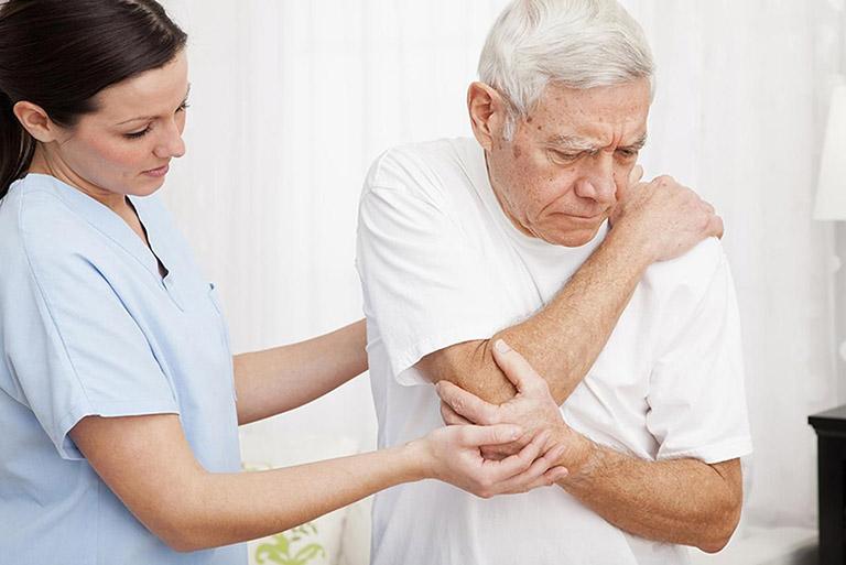 điều trị đau nhức bả vai lan xuống cánh tay