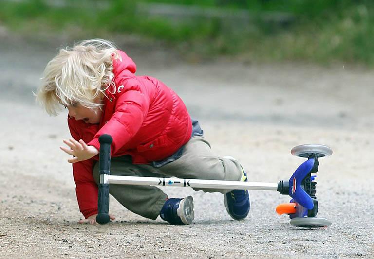 vì sao trẻ bị gãy xương đòn