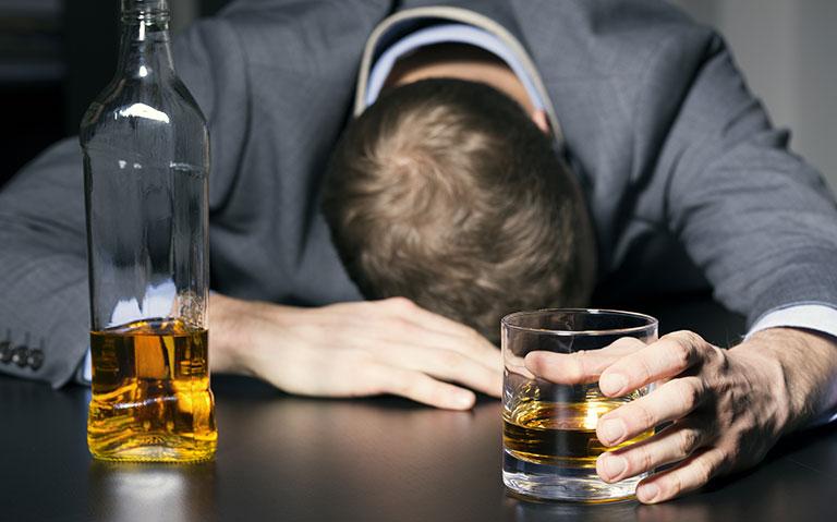 Uống rượu bị tê chân tay