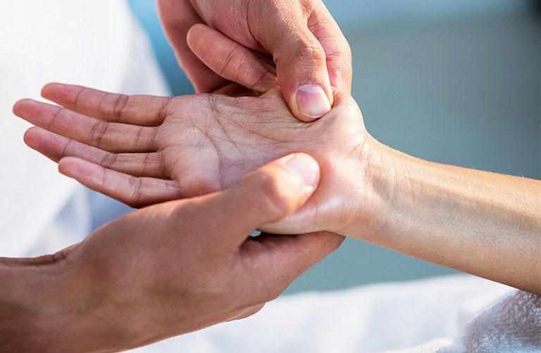 chữa tê bì chân tay tại nhà